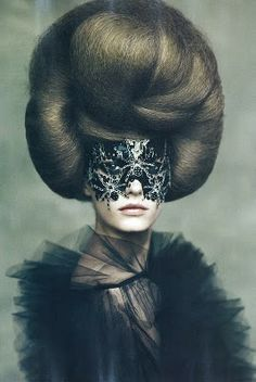 photo italienne de mode : Paolo Roversi, 2010, coiffure, masque, cheveux