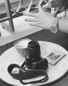 Recién terminé de escribir el post de mañana y les dejo esta foto que tiene mucho que ver y en la que L me agarró trabajando  Así que estén atentos!!! PD: Gracias por los consejos que me dieron ayer para aprender a usar la réflex. Me sirvieron mucho sus tips y las páginas y enlaces que me pasaron Ahora me pondré manos a la obra!!!  #Makeit #Makeit! #Diankita #behindthescenes #blancoynegro #blogger #bloggerlife #myjob #ilovemyjob #photography #blackandwhite #photo #nikon #coffee #coffeelover…