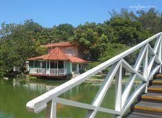 Puente sobre el Lago de la Paz, al fondo el restaurant Dante en el parque Joseone o Parque Los Enamorados en Varadero
