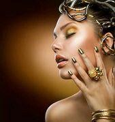 Gold makeup and nails ❤