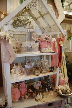 Maison Douce: Monticello Christmas Show....I love the display and I adore the display cabinet....I would love to have it . Beautiful !!!