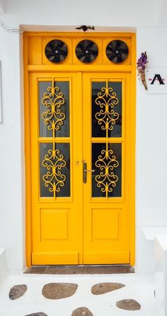 Maybe the door does not knock your socks off, but its a great deep yellow  ||||  Mykonos, Greece·