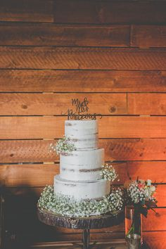Bare Wedding Cake with Baby's Breath Wooden Cake Topper Cut Wood Round Base | Barn Doors | Galvanized Metal | Cowboy Boots | Suspenders+ Bowties | Tan Wranglers | Rustic Wooden Doors | Old Vintage Truck | Secret Garden | 600 Year Old Oak Tree | Rustic Millennial Pink Barn | Owl Creek Farms Barn Wedding | Kim C Villa Photography | San Diego Wedding Photographer #weddingcakes