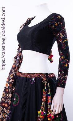 Hetal ponda selection Indian Gowns Dresses, Indian Fashion Dresses, Indian Designer Outfits, Indian Outfits, Choli Blouse Design, Choli Designs, Lehenga Designs, Chaniya Choli Designer, Designer Anarkali Dresses