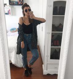 """yaah_E no primeiro look do #7lookschallenge dessa semana temos: Yasmim super folgada apoiada no armário hahah. Tivemos mais de 50 votos e a escolhida dessa semana foi essa calça jeans lindinha com vibe super anos 90, mais conhecida como """"mom jeans"""". Apesar de estar super em alta, não é uma calça tão fácil de usar. Eu mesma deixo de vestir a minha várias vezes por não saber com o que combinar. Essa semana vou procurar bastante referência legal e tentar dar algumas dicas pra quem quer usar…"""
