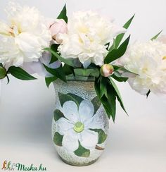 Fantastic Pic Birthday Flowers vase Concepts If you are seeking a new thoughtful plus enjoyment birthday celebration treat regarding an associate or even beloved, it Yellow Carnations, Purple Roses, White Flowers, Dining Room Table Centerpieces, Table Decorations, White Centerpiece, Shaby Chic, Online Florist, Flower Company