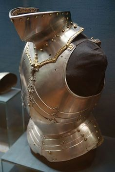 Cuirass & bevor, part of a garniture by Lorenz Helmschmid for Maximilian I, 1480s, Vienna, KHM Hofjagd- und Rüstkammer. Bevor: Worn with a sallet to cover the jaw and throat (extending somewhat down the sternum). May also cover the back of the neck if worn with a bassinet rather than a sallet. May be solid or made of lames. Sometimes worn with a gorget.