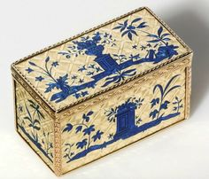 Italian Gold Snuff Box French Snuff Box by Claude Lisonnet. Bottle Box, Antique Boxes, Smoking Accessories, Pretty Box, Pill Boxes, Vintage Tins, Little Boxes, Casket, Delft
