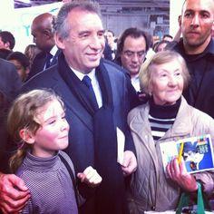 Au Salon International de l'Agriculture, François Bayrou rencontre une jeune fille et sa grand mère.