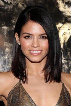 coupe de cheveux courte, femme aux cheveux noirs et yeux verts, decolette en forme v, levres roses
