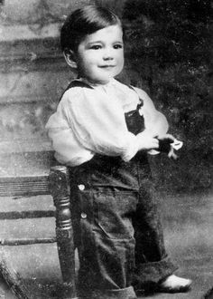 Bogie as a child. Such a cute little boy. Bogie was born on Christmas Day Humphrey DeForest Bogart Humphrey Bogart, Mr Olympia, Arnold Schwarzenegger, Vintage Hollywood, Classic Hollywood, Bodybuilder, Bogie And Bacall, Young Celebrities, Celebs