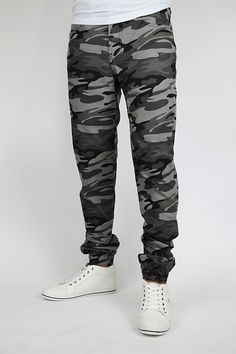 Men's Camo Black Denim Joggers. Camo Joggers Mens, Chino Joggers, Dope Outfits For Guys, Casual Outfits, Men Casual, Jogging, Joggers Outfit, Best Mens Fashion, Mens Clothing Styles