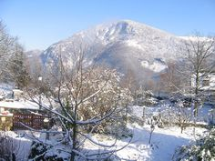 Location vacances chalet Argeles Gazost: Neige et soleil au jardin - Snow and sunshine in the garden