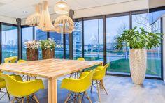 De corner tafel van allerlei afvalhout gemaakt door Rik Ruigrok van Herso , circulaire meubelmakers