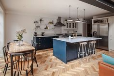 Ten tips for creating an open-plan kitchen-diner - property price advice ho Kitchen Diner Lounge, Small Open Plan Kitchens, Open Plan Kitchen Dining Living, Open Plan Kitchen Diner, Kitchen Dinning Room, Kitchen Family Rooms, Island Kitchen, Kitchen Small, Open Plan Living