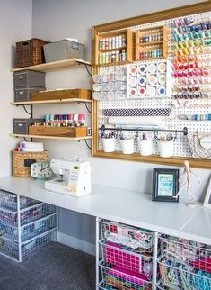 Craft Room Makeover - Honeybear Lane - Schauen Sie sich diese farbenfrohe und o. Craft Room Makeover - Honeybear Lane - Check out this colorful and organized crafting room makeover with a giant S - Craft Room Storage, Sewing Room Storage, Sewing Room Organization, Organization Ideas, Studio Organization, Paper Storage, Storage Shelves, Craft Storage Ideas For Small Spaces, Pegboard Craft Room