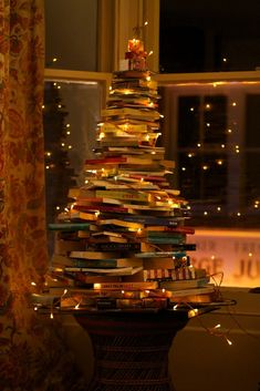Maybe I'll do this instead of a traditional tree this year. Every book lovers Christmas dream! A leaf from a book (tree)! Christmas Tree Out Of Books, Harry Potter Christmas Ornaments, Noel Christmas, All Things Christmas, Christmas Decorations, Holiday Decor, Xmas Tree, Vintage Christmas, Holiday Tree