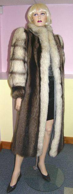 Raccoon and fox fur coat. Chat Sauvage et renard manteau.