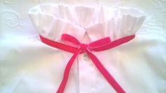 Camisa branca de algodão de manga cheia e gola de folhos subida com fita de veludo f - White fuschia cotton shirt with full sleeves and ruffled collar with fuschia velvet ribbon