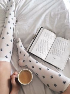leyendo foto shared by Cαmιℓα on We Heart It