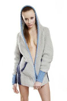 Sweter z kapturem ozdobiony warkoczem (hand made) - Juzwin - Swetry i kamizelki