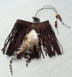 Faux suede upper arm bracelet, decorated with lovely feathers on a bronze colored infinity knot pendant. https://www.etsy.com/nl/shop/SpectralStories