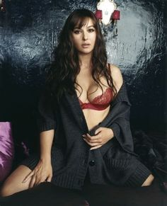 Monica Bellucci pictures that will take your breath away. Monica Bellucci is so beautiful and passionate that her photos radiate sensuality. Monica Bellucci Photo, Monica Belluci, Beautiful Women Over 40, Beautiful Dream, Beauty And Fashion, Fashion Women, Actrices Hollywood, Italian Actress, Celebs