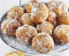 Mini gogosi berlineze - Aceste gogoși sunt pur și simplu demențiale, o nebunie, chiar dau dependență. Le-am făcut de 3 ori intr-o săptămână și au ieșit de-a dreptul perfecte. Vi le recomand cu drag să Romanian Food, Pastry And Bakery, Pretzel Bites, Cheesecakes, Biscuits, Side Dishes, Bacon, Food And Drink, Sweets