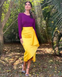 Quem aí tb ama um color blocking? Eu gosto de cores complementares,ou seja,q estejam em lados opostos do círculo cromático! (Próxima foto) Vc pode tb fazer com cores análogas (ton sur ton) ou até mesmo uma tríade (3 cores complementares ) #esquadraodamoda #isabellafiorentino  #trend  #fashion #love #moda #beautiful #style #color #colorblocking #purple #midiskirt Modern Outfits, Colourful Outfits, Classy Outfits, Colorful Fashion, Chic Outfits, Spring Outfits, Fashion Outfits, Fashion Line, Modest Fashion