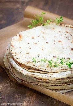 Bardzo chętnie przygotowuję tortille. Wypełnione podsmażonym kurczakiem, świeżymi warzywami i sosem czosnkowym stanowią jedną z moich ulubionych kolacji na