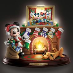 Disneys Weihnachtsüberraschung – Mickey Maus Figur - Disney - Fan-Welt Walt Disney Co, Art Disney, Disney Fun, Mickey Minnie Mouse, Classic Mickey Mouse, Patchwork Disney, Disney Quilt, Disney Christmas Decorations, Mickey Christmas