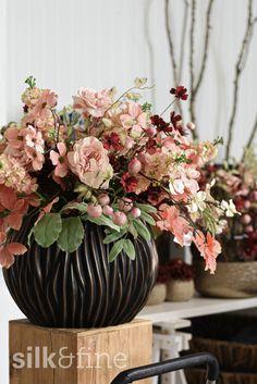 Du möchtest deinen Empfang, das Sitzungszimmer oder die Büros deiner Mitarbeiter und Kollegen mit Floristik zu einem besonderen Ort machen? Du hast aber keine Lust, jede Woche frische Schnittblumen zu kaufen? Dann sind unsere Seidenfloristik-Abos genau das Richtige für dich, dein Team und deine Räumlichkeiten. Crown, Vase, Plants, Home Decor, Fresh Flowers, Cut Flowers, Homemade Home Decor, Plant, Interior Design