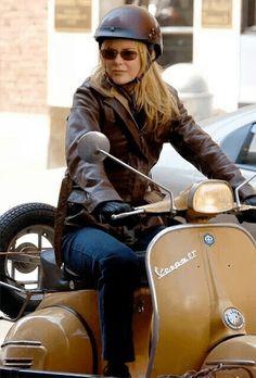 "Nicole Kidman on a mustard-colored Vespa scooter shooting the film ""The Interpreter"" in NYC. Vespa Gt, Vespa Scooters, Motos Vespa, Moto Scooter, Lambretta Scooter, Scooter Girl, Vespa Helmet, Triumph Bonneville T100, Piaggio Vespa"