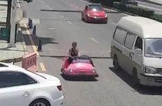 Vrou ry met stampkarretjie op die snelweg