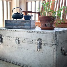 How to Clean Rust Off of Antique Metal Trunks
