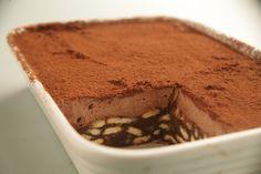 """כדורי שוקולד  200 גרם שוקולד מריר  100 גרם חמאה (1 חבילה קטנה)  3/4 כוס סוכר  1 כוס חלב  30 ביסקוויטים """"פתי בר"""" (1 חבילה קטנה) לק..."""
