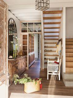 00371291b. Recibidor de casa de campo con gran aparador de madera y escalera_00371291b