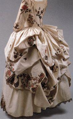 Rear view of Robe a la Polonaise ~ 1780 ~ cream linen, gold embroidery, metal ~ Metropolitan Museum of Art 18th Century Dress, 18th Century Costume, 18th Century Clothing, 18th Century Fashion, Rococo Fashion, Victorian Fashion, Vintage Fashion, Robes Vintage, Vintage Dresses