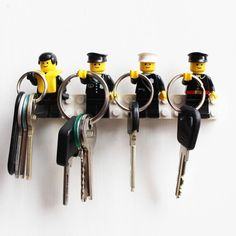 Oude legopoppetjes omgetoverd tot kapstokjes, leuk voor in een stoere jongenskamer! Diy Home Crafts, Diy Home Decor, Lego Key Holders, Lego Display, Lego Craft, Lego Room, Lego Storage, Lego Projects, Cool Lego