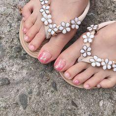 ไอเดียเพ้นท์เล็บเท้าสดใส ดูเซ็กซี่ขี้เล่นแบบสาวเกาหลี IG ddowa_nail Saints Row, Toe Nails, Flip Flops, Nail Polish, Sandals, Universe, Shoes, Women, Fashion