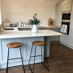 With a kitchen like this, I don't think we'd ever get out of the house Share yo. Small Open Plan Kitchens, Open Plan Kitchen Dining Living, Open Plan Kitchen Diner, Breakfast Bar Kitchen, Living Room Kitchen, Dining Room, Kitchen Room Design, Kitchen Layout, Home Decor Kitchen