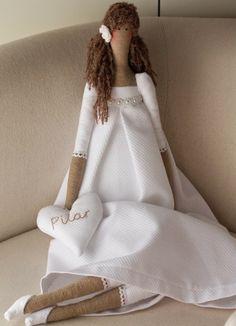Una Tilda vestida de blanco, con la idea de ser un regalo para Pilar que hace su Primera Comunión