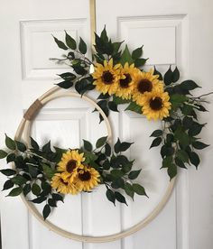 10 Embroidery Hoop Decor You Probably Never Thought Of Tryinglove the double hoop Stickrahmen-Dekor, an das Sie wahrscheinlich noch nie gedacht habenDo this with old ropes Wreath Crafts, Diy Wreath, Decoration Crafts, Wreath Bows, Summer Door Decorations, Wedding Decorations, Decor Wedding, Floral Wreath, Embroidery Hoop Decor