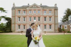 This beautiful stately home wedding venue is seriously stylish. It boasts a number of gorgeous locations for your photographs – including the lake and Temple Island, and a chef from a Michelins-starred restaurant. There is a late availability offer at Ardington House – you can get up to £3,000 off wedding rates for remaining dates in May, June, September and October.