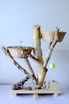 Griffoirs et Lits Dormants - a Quebec artisan who makes unique, durable cat trees, scratching posts, and beds.