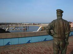 Sluuswachter in Cadzand-Bad mit Blick auf den Jachthafen Hotels, Statue Of Liberty, Event Calendar, Wheelbarrow, Trench, Campsite, North Sea, Netherlands, Cottage House