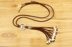 He encontrado este interesante anuncio de Etsy en https://www.etsy.com/es/listing/261387360/multi-pendant-pearls-necklace-suede-cord