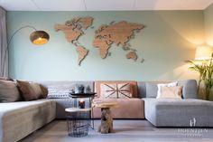 De bank, de kleur van de muur en de prachtige houten wereldkaart! Echt prachtig!