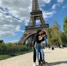 Sebastini en paris❤ Disney Channel, Sebastian Yatra, Guy Best Friend, I Wallpaper, Instagram Images, Instagram Posts, Romania, Louvre, Funny Memes