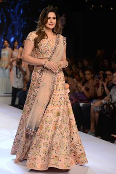 Zarine Khan turns showstopper at Delhi Times PCJ India Showcase Week 2017 – Photos Bollywood Heroine, Beautiful Bollywood Actress, Most Beautiful Indian Actress, Lovely Dresses, Trendy Dresses, Fashion Dresses, Zarine Khan, Indian Princess, Saree Photoshoot